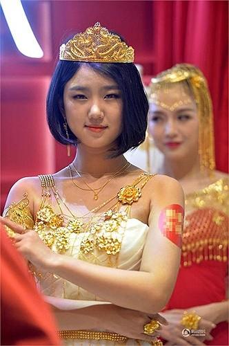 Lóa mắt với áo cưới làm từ vàng ròng ảnh 4