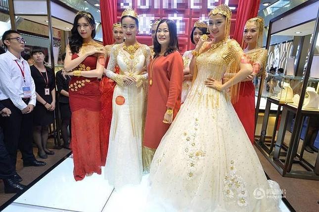 Lóa mắt với áo cưới làm từ vàng ròng ảnh 6
