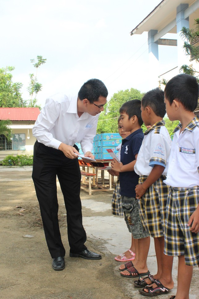 Báo Tiền Phong tặng quà, học bổng cho học sinh nghèo ảnh 2