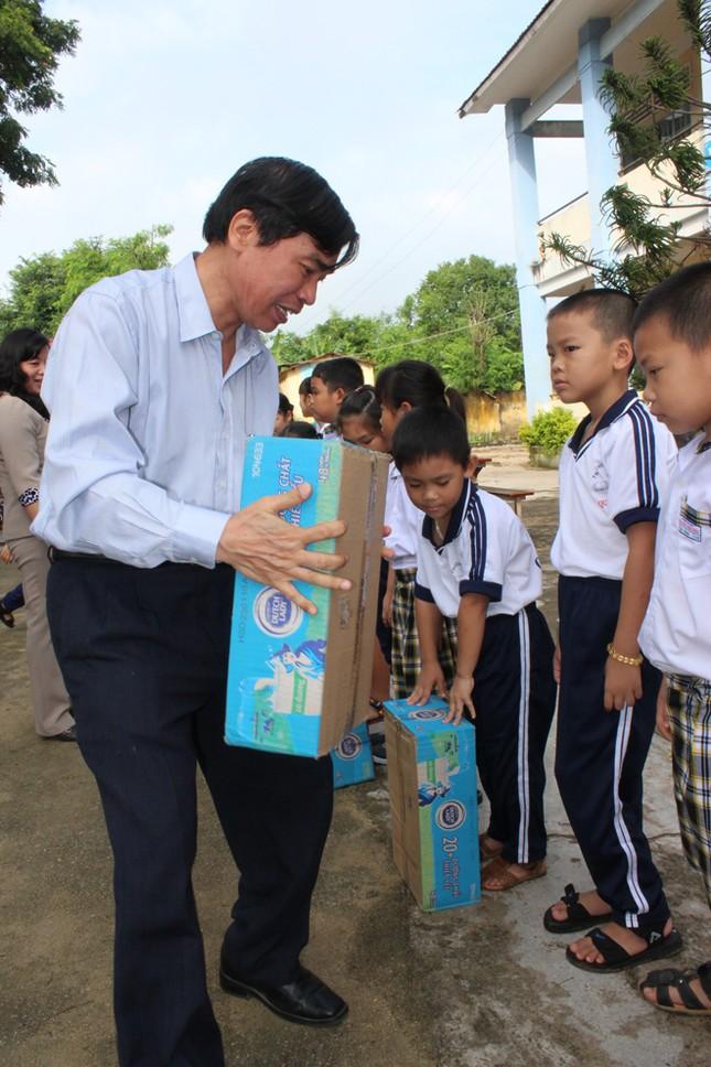 Báo Tiền Phong tặng quà, học bổng cho học sinh nghèo ảnh 3