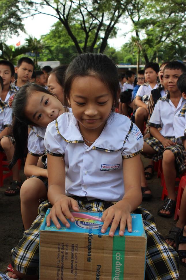 Báo Tiền Phong tặng quà, học bổng cho học sinh nghèo ảnh 4