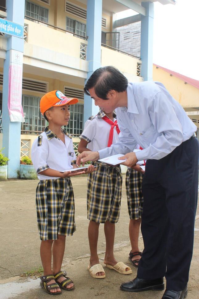 Báo Tiền Phong tặng quà, học bổng cho học sinh nghèo ảnh 1
