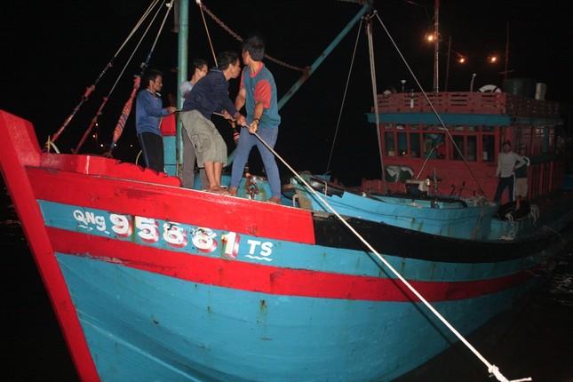 Tàu đưa thi thể ngư dân bị bắn chết ở Trường Sa đã về bờ ảnh 1