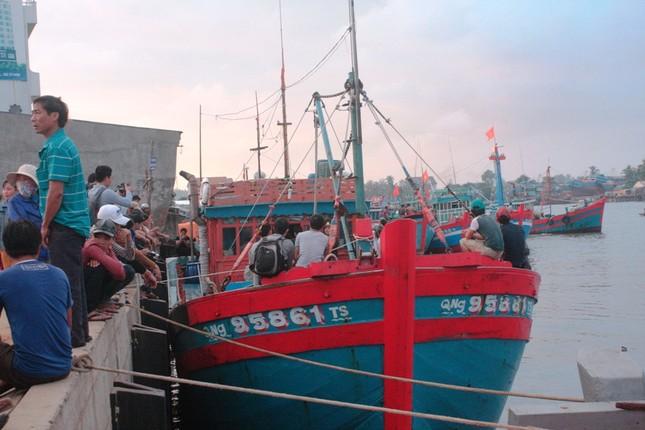 Tàu đưa thi thể ngư dân bị bắn chết ở Trường Sa đã về bờ ảnh 9
