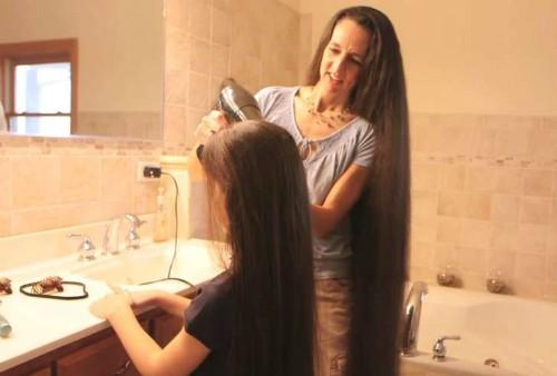 Bà mẹ và 3 cô con gái khiến thợ cắt tóc khóc thét vì thất nghiệp ảnh 2
