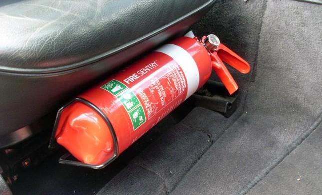 Nên đặt bình cứu hỏa ở đâu trên ôtô? ảnh 1