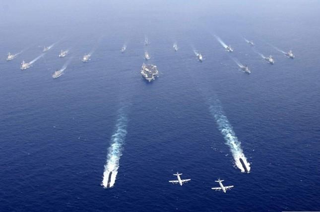 Choáng ngợp tàu chiến Mỹ dàn quân phóng tên lửa trên biển ảnh 2
