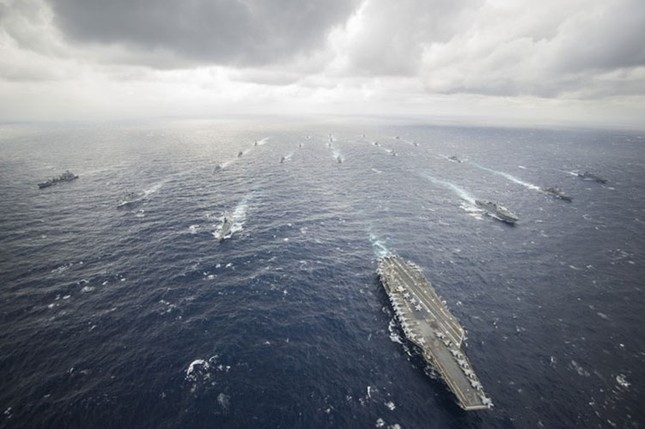 Choáng ngợp tàu chiến Mỹ dàn quân phóng tên lửa trên biển ảnh 7