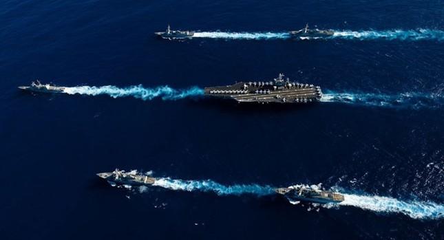 Choáng ngợp tàu chiến Mỹ dàn quân phóng tên lửa trên biển ảnh 8