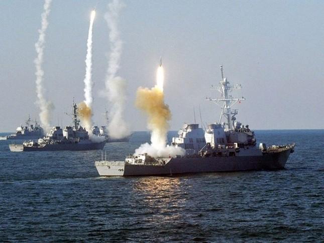 Choáng ngợp tàu chiến Mỹ dàn quân phóng tên lửa trên biển ảnh 9