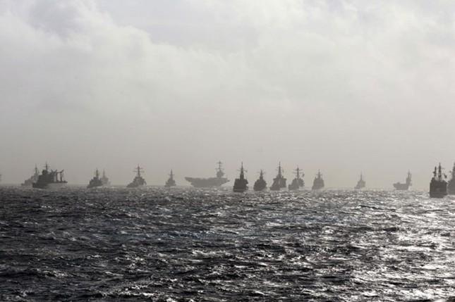 Choáng ngợp tàu chiến Mỹ dàn quân phóng tên lửa trên biển ảnh 1
