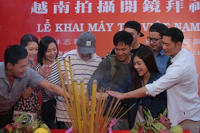 Dàn sao TVB giản dị trong buổi khai máy tại Việt Nam ảnh 9