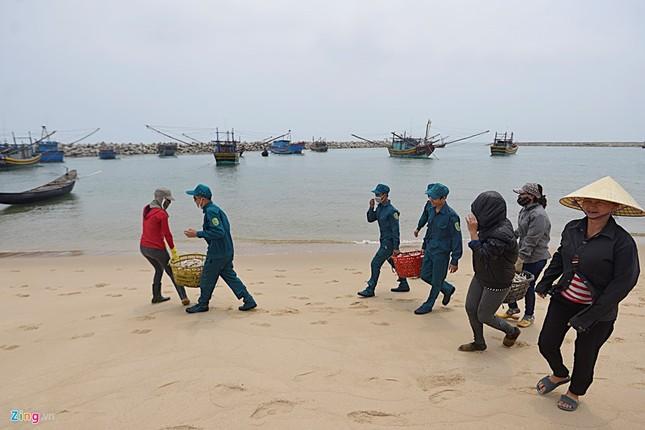 Ngư dân Hà Tĩnh ra khơi đánh cá ảnh 8