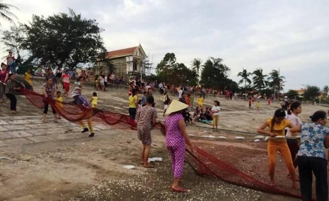 Cả làng dùng lưới tìm học sinh chết đuối dưới biển ảnh 1