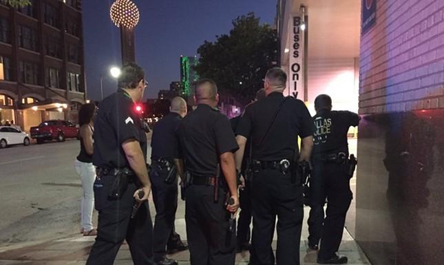 Hiện trường hỗn loạn vụ bắn tỉa nhằm vào cảnh sát Mỹ ảnh 1