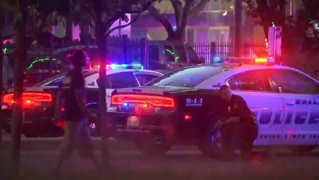 Hiện trường hỗn loạn vụ bắn tỉa nhằm vào cảnh sát Mỹ ảnh 2