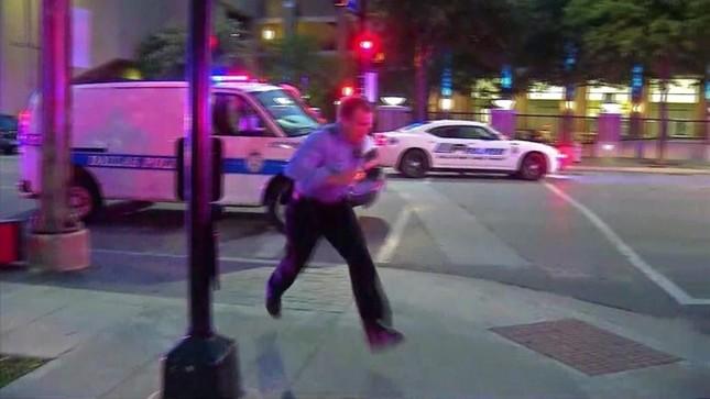 Hiện trường hỗn loạn vụ bắn tỉa nhằm vào cảnh sát Mỹ ảnh 3