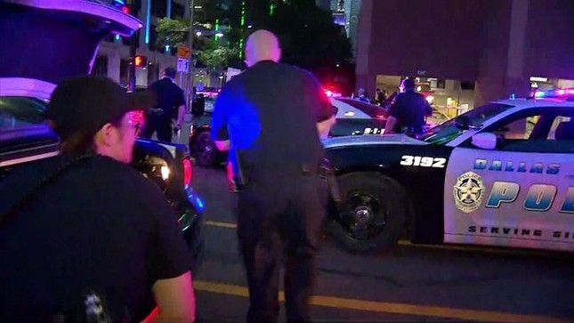Hiện trường hỗn loạn vụ bắn tỉa nhằm vào cảnh sát Mỹ ảnh 5