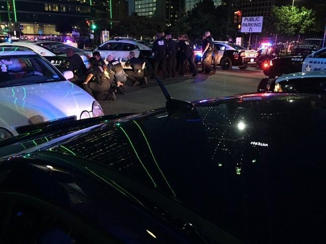 Hiện trường hỗn loạn vụ bắn tỉa nhằm vào cảnh sát Mỹ ảnh 6