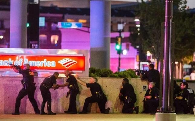 Hiện trường hỗn loạn vụ bắn tỉa nhằm vào cảnh sát Mỹ ảnh 7