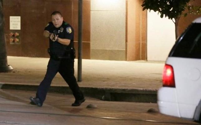 Hiện trường hỗn loạn vụ bắn tỉa nhằm vào cảnh sát Mỹ ảnh 8