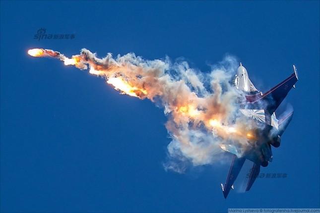 Mê hồn trực thăng Nga bắn rocket, múa trên không ảnh 11
