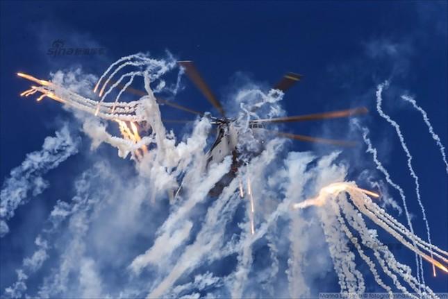 Mê hồn trực thăng Nga bắn rocket, múa trên không ảnh 5