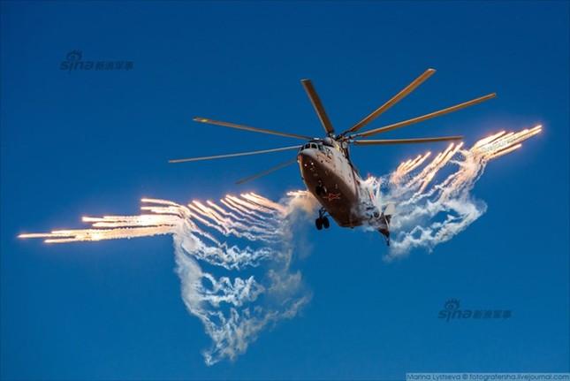 Mê hồn trực thăng Nga bắn rocket, múa trên không ảnh 9