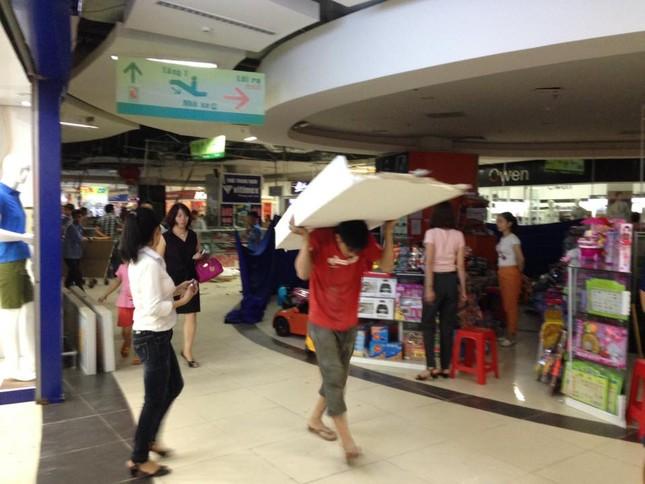 Sập trần thạch cao của siêu thị BigC Vinh, khách hàng hoảng loạn bỏ chạy ảnh 1