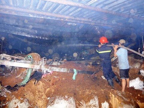 Cháy lớn thiêu rụi nhà máy dệt, thiệt hại hàng chục tỷ đồng ảnh 1