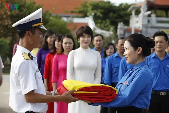 Ảnh hiếm về Hoa hậu Việt Nam đầu tiên ra Trường Sa ảnh 16
