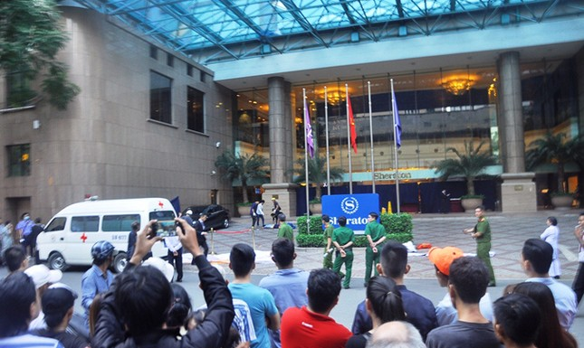 Công nhân lau kính rơi xuống đất chết tại chỗ ở trung tâm Sài Gòn ảnh 1