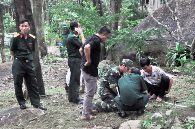 Lắp thiết bị ở khe núi Bạch Vân dò tìm trực thăng gặp nạn ảnh 3