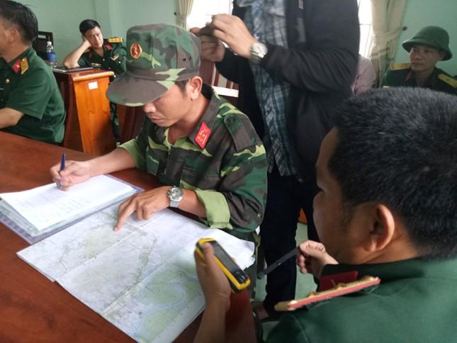 Lắp thiết bị ở khe núi Bạch Vân dò tìm trực thăng gặp nạn ảnh 7