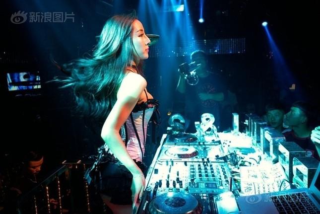 Cuộc sống của nam, nữ vũ công trong hộp đêm Trung Quốc ảnh 5