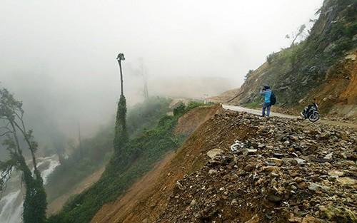 Hố sụt lún khổng lồ chia cắt đường Trường Sơn Đông ảnh 1