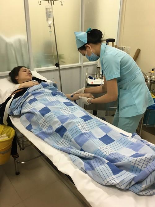 Nhật Kim Anh co giật và ngất xỉu trên chuyến bay từ Mỹ về ảnh 1