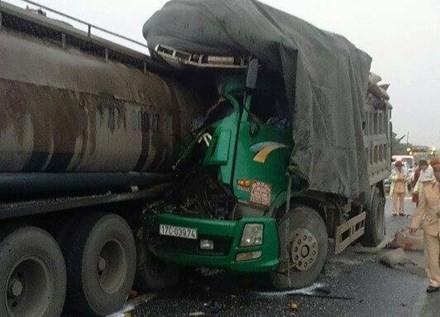 BẢN TIN ATGT: Xe tải tông container, vợ tài xế chết thảm trong cabin ảnh 1