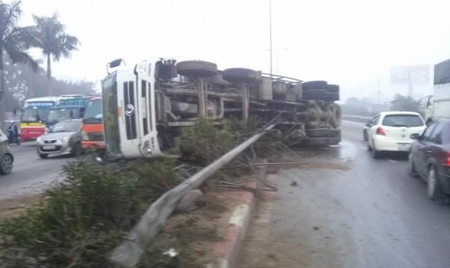 BẢN TIN ATGT: Xe tải tông container, vợ tài xế chết thảm trong cabin ảnh 3