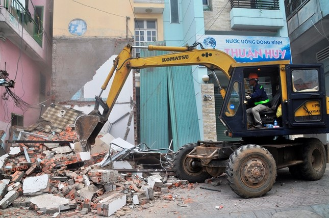 Khách sạn 5 sao New World bị đập bỏ bậc tam cấp lấn vỉa hè ảnh 2