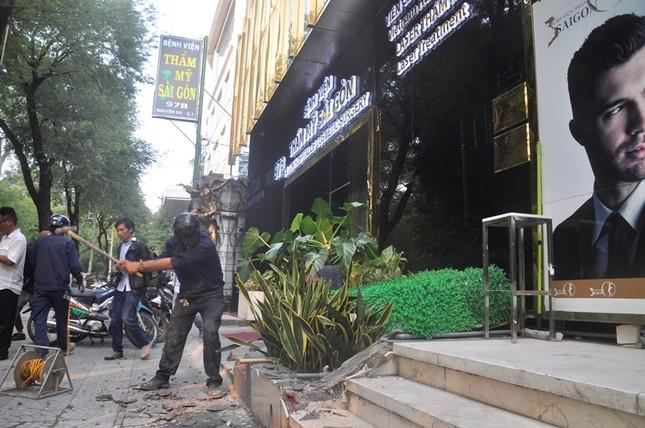Khách sạn 5 sao New World bị đập bỏ bậc tam cấp lấn vỉa hè ảnh 4