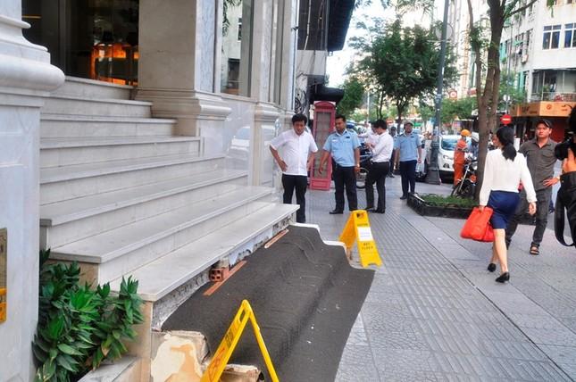 Khách sạn 5 sao New World bị đập bỏ bậc tam cấp lấn vỉa hè ảnh 5