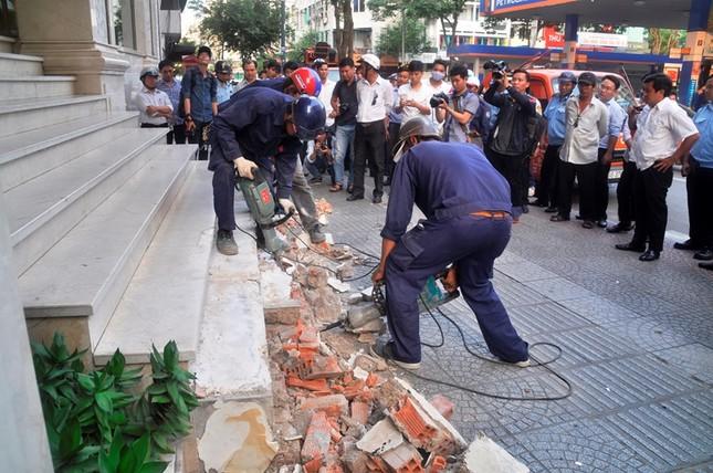Khách sạn 5 sao New World bị đập bỏ bậc tam cấp lấn vỉa hè ảnh 8