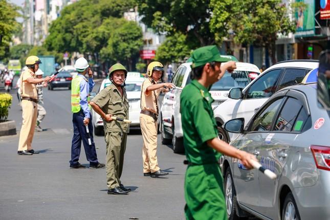 Giao thông trung tâm Sài Gòn rối tung ngày đầu phân luồng ảnh 11