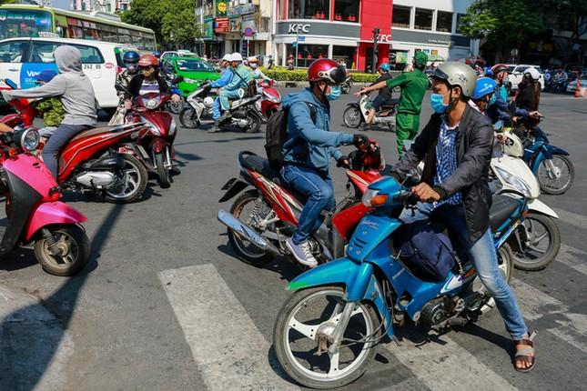 Giao thông trung tâm Sài Gòn rối tung ngày đầu phân luồng ảnh 2