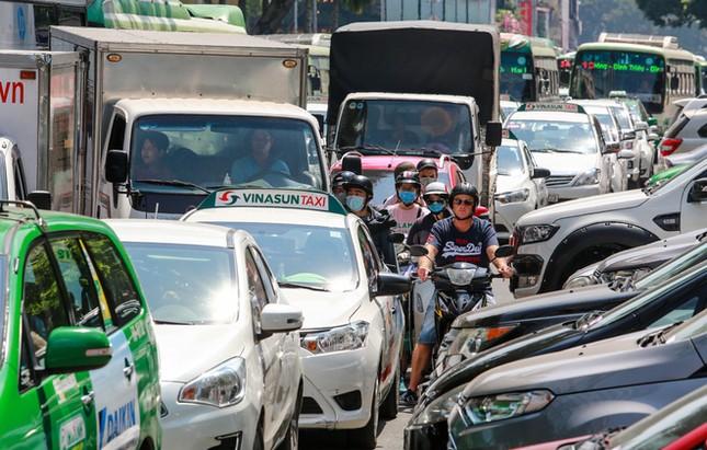 Giao thông trung tâm Sài Gòn rối tung ngày đầu phân luồng ảnh 4