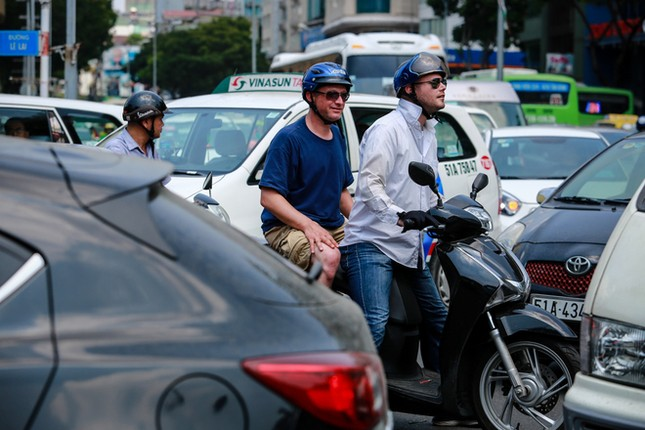 Giao thông trung tâm Sài Gòn rối tung ngày đầu phân luồng ảnh 9