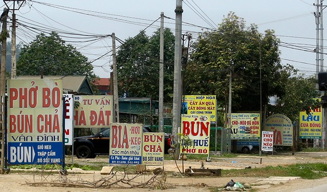 Tận thấy biển quảng cáo 'nuốt chửng' vỉa hè ở Hà Nội ảnh 2