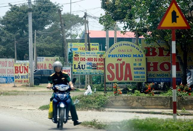 Tận thấy biển quảng cáo 'nuốt chửng' vỉa hè ở Hà Nội ảnh 3