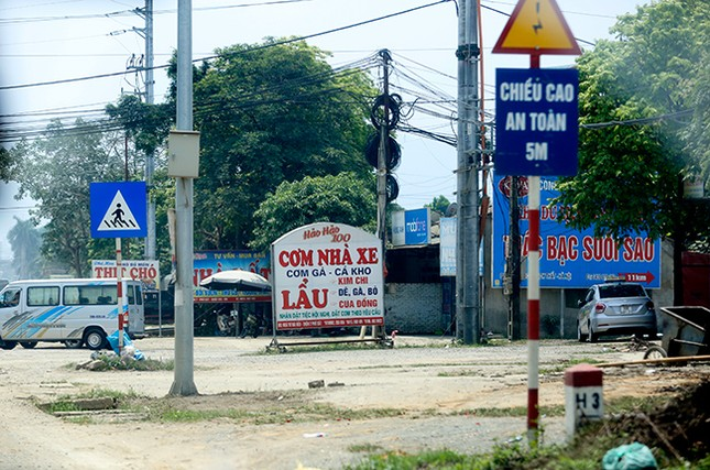 Tận thấy biển quảng cáo 'nuốt chửng' vỉa hè ở Hà Nội ảnh 4